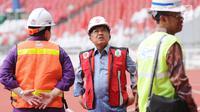 Wapres Jusuf Kalla (tengah) saat meninjau progres renovasi Stadion Utama GBK, Jakarta, Selasa (3/10). Menteri PUPR Basuki Hadimuljono memastikan, pembangunan infrastruktur Asian Games akan selesai sesuai target. (Liputan6.com/Helmi Fithriansyah)