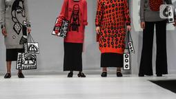 Model disabilitas memperagakan busana rancangan kolaborasi Cotton Ink x Intoart yang digawangi British Council pada Jakarta Fashion Week 2020 di Senayan, Kamis (24/10/2019). Kolaborasi ini menampilkan model disabilitas yang terdiri dari down syndrome, tuna daksa dan tuli. (Liputan.com/Johan Tallo)