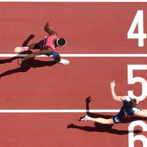 Warholm yang berusia 25 tahun mempertajam rekornya dengan meatat waktu 45,94 detik. sedangkan posisi kedua, Rai Benjamin yang juga tampil apik harus puas dengan medali perak dengan catatan waku 46,17 detik atau setengah detik lebih cepat dari rekor lama. (Foto: AFP/Jewel Samad)