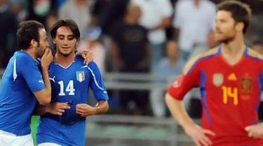Gelandang Timnas Italia Alberto Aquilani (kedua dari kiri) menciptakan gol penentu kemenangan atas Spanyol 2-1 dalam laga persahabatan di Bari, Italia, 10 Agustus 2011. AFP PHOTO/TIZIANA FABI