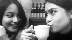 Menghabiskan waktu bersama, Maudy Ayunda dan Amanda Khairunnisa memilih untuk menikmati kopi. (Liputan6.com/IG/maudyayunda)