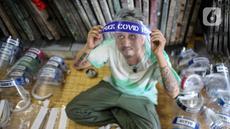 Bucek menyelesaikan pembuatan face shield di workshopnya di kawasan Bekasi, Jawa Barat, Rabu (3/6/2020). Face shield tersebut dijual dengan harga Rp 20 ribu hingga Rp 25 ribu. (Liputan6.com/Faizal Fanani)