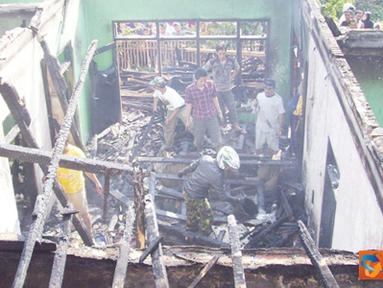 Citizen6, Garut: Rumah milik Abdurroman (50) habis dilalap si jago merah. Diduga api berasal dari tumpukan kursi diluar rumah sehingga merembet keseluruh rumah. (Pengirim: Dede Dian Iskandar)