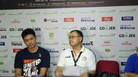Johanis Winar, kanan, optimistis Pelita Jaya bisa bangkit pada gim kedua. (Bola.com/Budi Prasetyo Harsono)