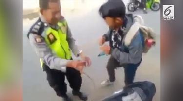 Aksi polisi baik hati asal Jawa Tengah yang rela menyisihkan BBM untuk seorang pemotor menuai pujian warganet.