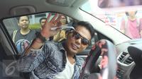 Muncikari artis, Robby Abbas menyapa para pewarta dari dalam mobil yang menjemputnya di LP Cipinang, Jakarta, Selasa (10/5). Sebelumnya, Robby diciduk polisi di sebuah hotel bintang lima di Kuningan, Jakarta pada 8 Mei 2015. (Liputan6.com/Herman Zakharia)