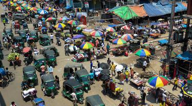 Suasana kemacetan lalu lintas di area pasar tradisional selama karantina wilayah di Dhaka, Bangladesh (12/5/2020). Meski karantina wilayah masih berlaku, warga Bangladesh masih memunhi area pasar tradisional di Dhaka. (AFP/Munir Uz Zaman)