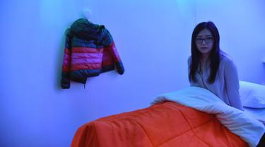 Laura Li bersiap untuk tidur siang di YeloSpa, di New York, (1/5). Di New York, para pekerja dapat membayar kabin untuk tidur siang, dan mengisi ulang energi tubuh mereka tanpa harus kembali ke rumah. (AFP Photo/Hector Retamal)