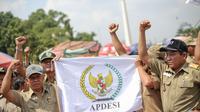 Massa yang menamai diri mereka Asosiasi Pemerintah Desa Seluruh Indonesia (Apdesi) demo di depan Istana (Liputan6.com/ Faizal Fanani)