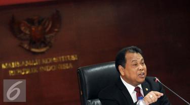 Ketua MK, Arief Hidayat memberikan keterangan di Gedung Mahkamah Konstitusi, Jakarta, (7/3/2016). Arief Hidayat memaparkan evaluasi hasil sidang sengketa Pilkada Serentak 2015. (Liputan6.com/Helmi Fithriansyah)