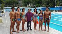 Pelatih Kepala Renang, Marifa Herman Yus, bersama para atlet proyeksi SEA Games 2017 dan Asian Games 2018 di GOR Soemantri, Kuningan, Rabu (15/2/2017). (Bola.com/Zulfirdaus)