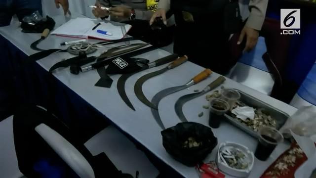 Polisi menangkap sepuluh pemuda yang kedapatan membawa senjata tajam dan pistol mainan saat akan sahur on the road.