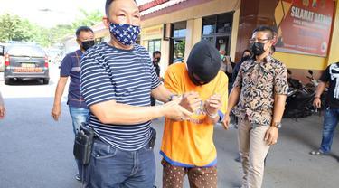 Polisi menangkap AR, guru SMP perakit senpi ilegal. (Dian Kurniawan/Liputan6.com)