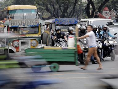 Sebuah mobil Jeepney terjebak di antara kemacetan yang terjadi di Manila, Filipina, Jumat (22/11). Jeepney merupakan transportasi umum paling populer dan sudah menjadi ikon di Filipina. (Bola.com/M Iqbal Ichsan)