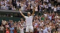 Petenis Swiss, Roger Federer, melakukan selebrasi usai mengalahkan petenis Kroasia, Marin Cilic pada laga final Wimbledon 2017 di London, Minggu (16/7/2017). Federer menang 6-3, 6-1, 6-4 atas Cilic. (AP/Alastair Grant)