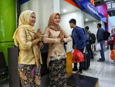 Hari Kartini, Petugas Stasiun Gambir Kenakan Batik dan Kebaya