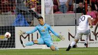 Kiper Manchester United Joel Castro Pereira gagal menghalau bola tendangan gelandang Real Salt Lake, Luis Silva (20) pada pertandingan persahabatan di Sandy, Utah (18/7). MU menang 2-1 atas Real Salt Lake. (AP Photo / Rick Bowmer)