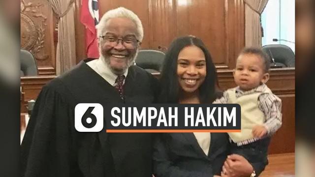 Viral di media sosial, seorang Hakim menggendong bayi saat pimpin sumpah jabatan pengacara ibunya. Hakim ingin bayi tersebut ada di momen sang Ibu diangkat sumpahnya.