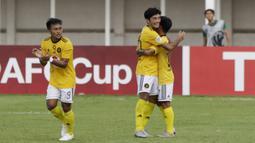 Pemain Kaya FC-Iloilo merayakan gol yang dicetak oleh  Eric Giganto ke gawang PSM Makassar pada laga penyisihan Grup H Piala AFC di Stadion Madya, Jakarta, Selasa (10/3/2020). Kedua tim bermain imbang 1-1. (Bola.com/M Iqbal Ichsan)