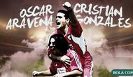 Oscar Aravena dan Cristian Gonzales. (Bola.com/Dody Iryawan)