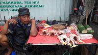 Sarwanto (52) pedagang daging ayam di Pasar Pondok Gede tengah menjajakan jualannya. (Liputan6.com/Bawono)