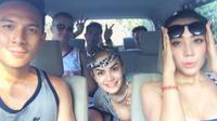 Tak hanya di restoran, ketika berada di dalam mobil pun Samuel Rizal bersebelahan dengan Nikita Mirzani. Mereka terlihat senang dengan liburan ke Bali bersama. (via instagram/@faisalwirantaatmadja)