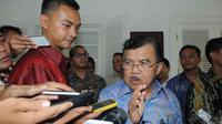 Jusuf Kalla yang berkemeja batik lengan panjang warna biru ini datang tanpa ditemani Presiden RI Terpilih, Joko Widodo, Jakarta, Jumat (12/9/14). (Liputan6.com/Herman Zakharia)
