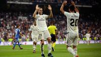 Gelandang Real Madrid, Gareth Bale (kiri) berselebrasi dengan rekannya Marco Asensio setelah mencetak gol ke gawang Getafe pada lanjutan La Liga Spanyol di stadion Santiago Bernabeu, Madrid, (19/8). Madrid menang 2-0 atas Getafe. (AP Photo/Andrea Comas)