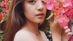Pemeran Alya di sinetron Dari Jendela SMP ini semakin terlihat menawan dengan memakai pakaian pink dengan memgang bunga yang juga warna pink. Di foto ini, Natalie Zenn terlihat begitu manis dengan tatapan tajamnya. (Liputan6.com/IG/@nataliezenn24)