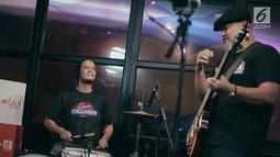 Penampilan NTRL dalam KLY Lounge di Gedung KLY Gondangdia, Jakarta, Jumat (9/11). NTRL mengupas semua lagu terbarunya di KLY Lounge. (Liputan6.com/Faizal Fanani)