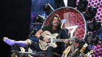 Dave Grohl tampil dengan kaki digips dalam konser ulang tahun Foo Fighters ke-20 di Washington DC, Amerika Serikat. (AP Entertainment)