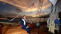 Jokowi menikmati sunset di Labuan Bajo dari kapal pinisi, Minggu (19/1/2020). (Dok Biro Pers Setpres)