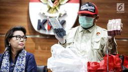 Penyidik menunjukkan barang bukti OTT Bupati Lampung Selatan Zainudin Hasan berupa uang senilai Rp 600 juta. di Gedung KPK, Jumat (27/7). Zainudin disangkakan UU No 20/2001junctoPasal 55 ayat 1 ke-1 KUHP. (Liputan6.com/Faizal Fanani)
