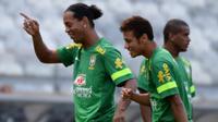 Dua bintang sepak bola Brasil, Ronaldinho (kiri) dan Neymar (kanan). (AFP/Vanderlei Almeida)