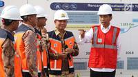 Presiden Joko Widodo (Jokowi) berbincang dengan Menhub Budi Karya Sumadi, Wagub Jawa Barat Deddy Mizwar dan Gubernur DKI Jakarta Anies Baswedan sebelum meresmikan jalan Tol Bekasi-Cawang-Kampung Melayu (Becakayu), Jumat (3/11). (Liputan6.com/Angga Yuniar)