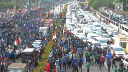 Mahasiswa memblokade Tol Dalam Kota saat berdemonstrasi menolak RUU KUHP dan revisi UU KPK di depan Gedung DPR, Jakarta, Selasa (24/9/2019). Aksi ini diikuti ribuan mahasiswa dari berbagai universitas. (merdeka.com/Arie Basuki)