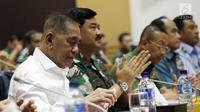Menhan Ryamizard Ryacudu (kiri) bersama Panglima TNI Marsekal Hadi Tjahjanto (kanan) saat rapat kerja dengan dengan Komisi I DPR di Kompleks Parlemen, Senayan, Jakarta, Senin (29/1). (Liputan6.com/JohanTallo)