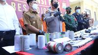 Polisi menggerebek indutri petasan rumahan di Mojokerto. (Dian Kurniawan/Liputan6.com)