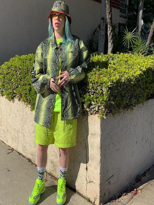 Meski pakai pakaian dengan satu warna, penampilan Eilish tak membosankan. (Liputan6.com/IG/@wherearetheavocados)