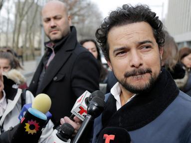 "Aktor Meksiko, Alejandro Edda seusai menghadiri sidang gembong narkoba, Joaquin ""El Chapo"" Guzman di pengadilan federal Brooklyn, (28/1). Kemunculan Edda untuk mempelajari karakter El Chapo demi perannya di drama Netflix, Narcos: Mexico. (AP/Seth Wenig)"