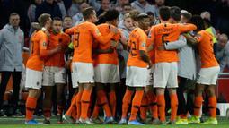 Para pemain Timnas Belanda merayakan mencetak gol pertama tim mereka ke gawang Estonia pada matchday terakhir Grup C  Kualifikasi Piala Eropa 2020 di Johan Cruijff Arena, Selasa (19/11/2019). Belanda mengandaskan Estonia dengan skor 5-0. (AP Photo/Peter Dejong)