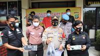 Polisi tunjukkan barang bukti yang diamankan dari kasus pencurian sepeda motor di Duren Jaya, Bekasi Timur, Kota Bekasi. (Liputan6.com/Bam Sinulingga)