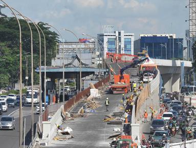 Suasana penyelesaian pembangunan proyek flyover Pancoran di Jakarta, Selasa (9/1). Proyek untuk mengurai kemacetan di Ibukota tersebut ditargetkan mulai beroperasi pada pertengahan bulan Januari 2017. (Liputan6.com/Immanuel Antonius)
