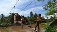 Rintangan berbahaya itu harus dilalui para pelajar sebelum bisa menapakan kaki di sekolah yang berjarak 3 kilometer dari rumahnya.