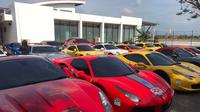 Puluhan supercar berbagai merk berkumpul di halaman Bandara internasional Banyuwangi, Kamis (17/10/2019).