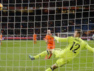 Pemain Belanda, Davy Klaassen (tengah) mencetak gol lewat penalti pada laga persahabatan melawan Belgia di Amsterdam ArenA stadium, Amsterdam, (9/11/2016). (EPA/Jasper Ruhe)