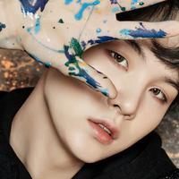 Jika dibandingkan dengan personel BTS lainnya, Suga memang sedikit berbeda. Lantaran idol kelahiran 9 Maret 1993 ini paling sedikit berbicara dan dingin. (Foto: Soompi.com)