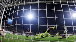Penyerang Juventus Moise Kean mencetak gol ke gawang Cagliari saat bertanding dalam lanjutan Liga Italia di Sardegna Arena, Cagliari, Italia, Selasa (2/4). Juventus terus memantapkan diri di puncak klasemen Liga Italia. (REUTERS / Alberto Lingria)