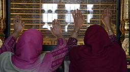 Muslim Kashmir melakukan ziarah ke makam Syekh Abdul Qadir Jaelani saat bulan Ramadan di pusat kota Srinagar, Kashmir (24/5). Syekh Abdul Qadir Jaelani adalah seorang ulama fiqih yang sangat dihormati. (AFP/Tauseef Mustafa)