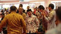 """Presiden RI Ke-3 BJ Habibie bersiap memberikan sambutan dalam acara Habibie Festival 2017 di Jakarta, Senin (7/8). Festival mengambil tema """"Technolog Inovation for People"""". (Liputan6.com/Faizal Fanani)"""